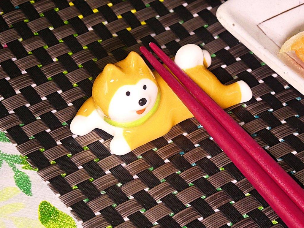寝そべる柴犬の箸置き
